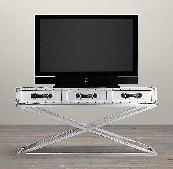 Maleta reconvertida en mesa para la televisión, de Restoration Hardwa